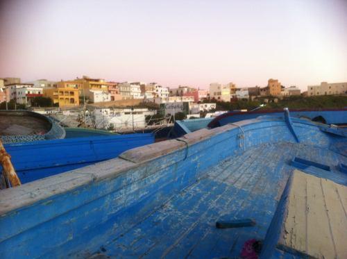 blick über ein gestrandetes boot auf lampedusa
